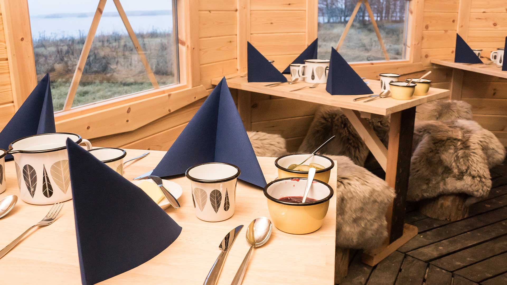 seaside-hut-tables